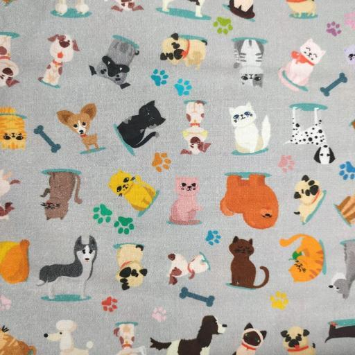 Tela patchwork gris con perros y gatos