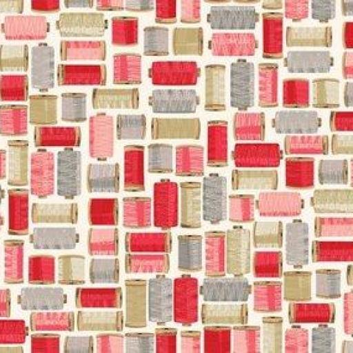 Tela patchwork fondo beige con carretes de hilos