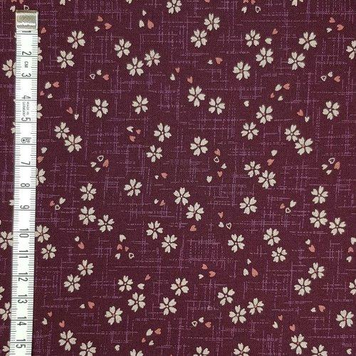 Tela patchwork japonesa morada con flores rosadas