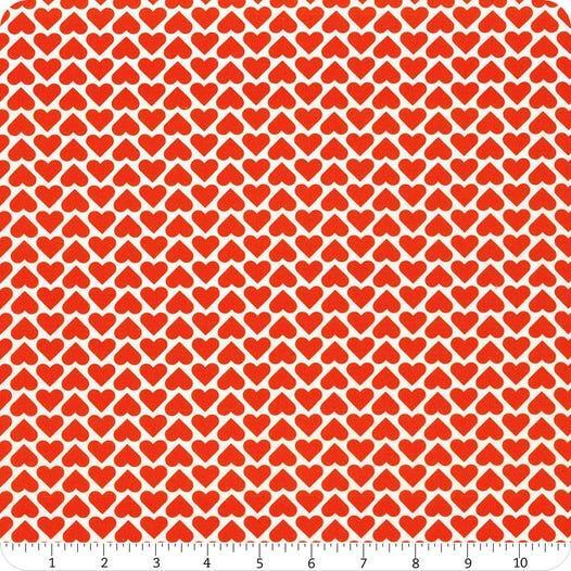 Tela patchwork blanca con corazones rojos