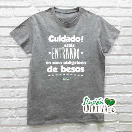 Camiseta CUIDADO, ESTÁS ENTRANDO EN ZONA OBLIGATORIA DE BESOS