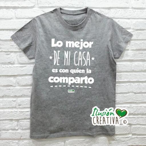 Camiseta LO MEJOR DE MI CASA ES CON QUIEN LA COMPARTO