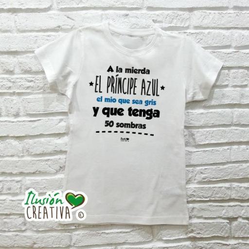 Camiseta Mujer - A LA MIERDA EL PRÍNCIPE AZUL, EL MÍO QUE SEA GRIS Y QUE TENGA 50 SOMBRAS [2]