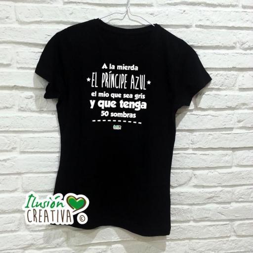 Camiseta Mujer - A LA MIERDA EL PRÍNCIPE AZUL, EL MÍO QUE SEA GRIS Y QUE TENGA 50 SOMBRAS [1]