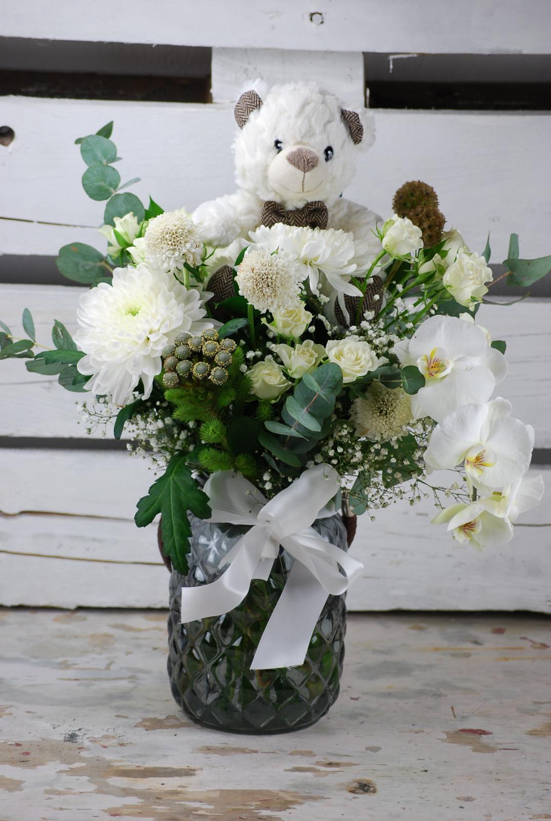 Jarrón vintage en  tonos blancos con orquídea y osito de peluche