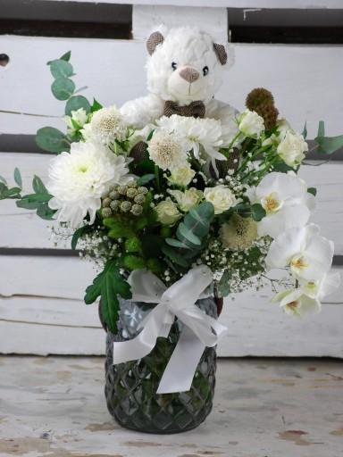 Jarrón vintage en  tonos blancos con orquídea y osito de peluche [0]