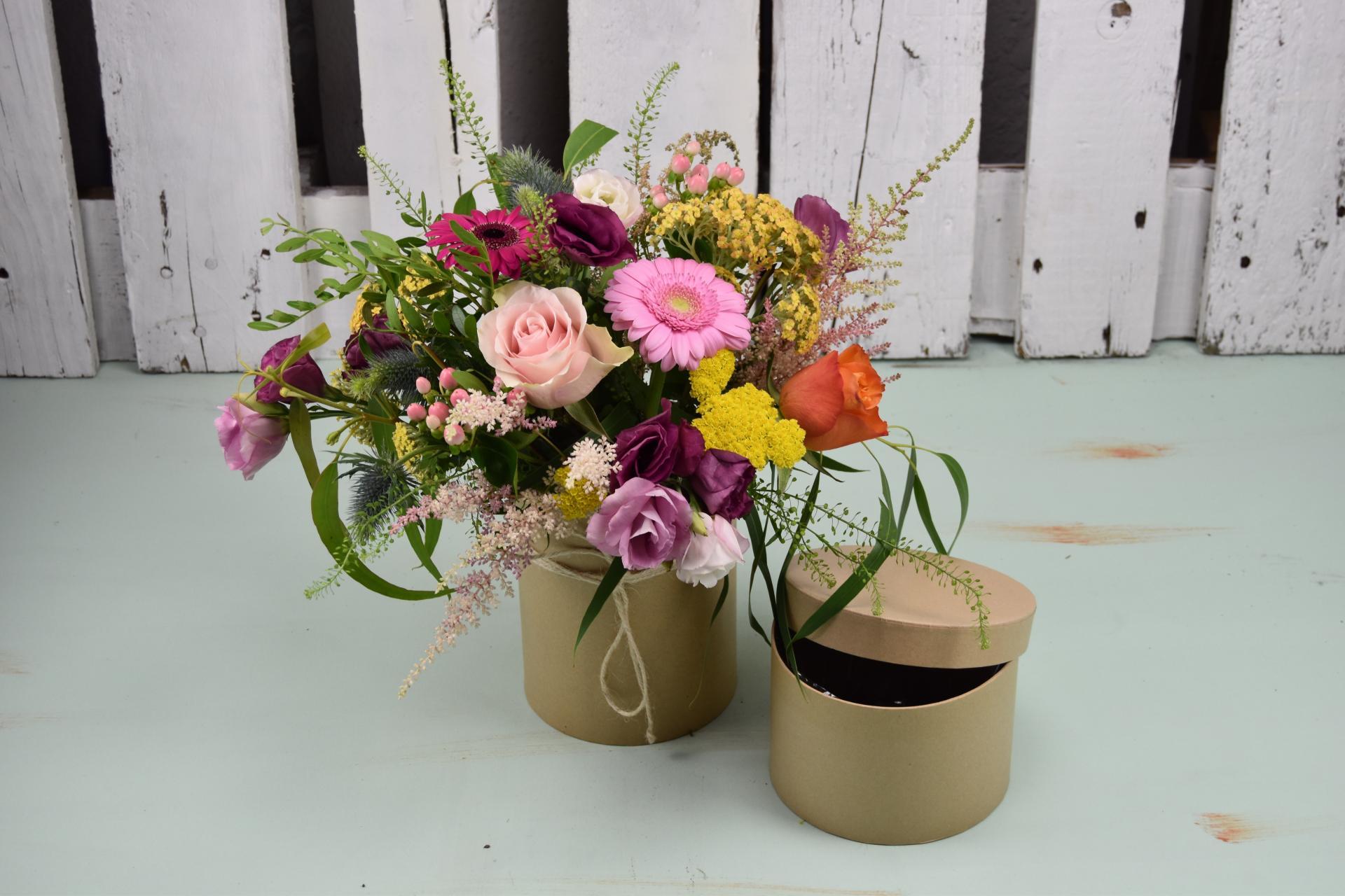 Sombrerera con flores de colores