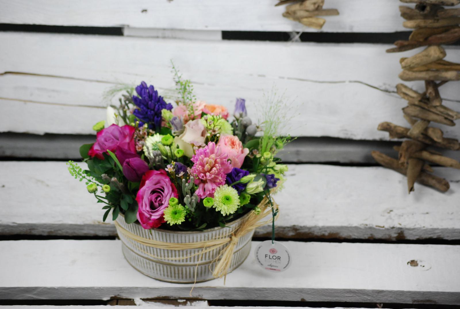 Composición en base redonda con flor de temporada