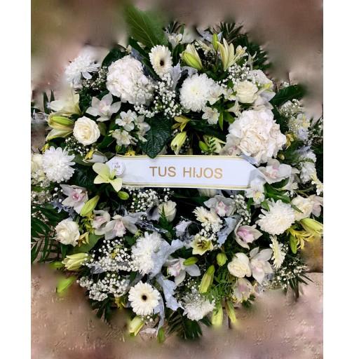Corona de flores blancas.