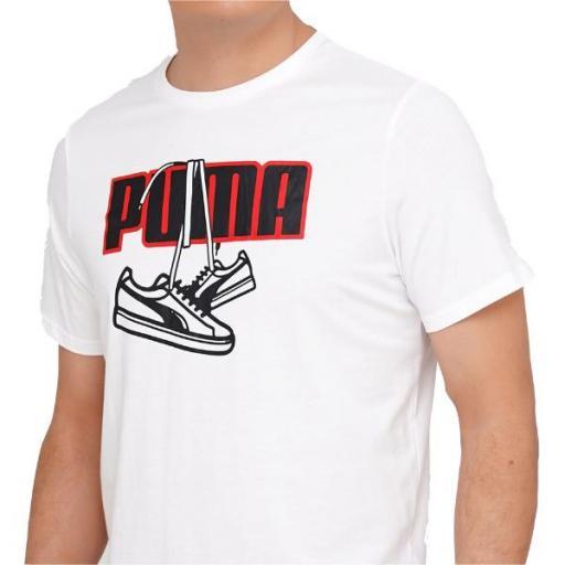 PUMA Sneaker Inspired Tee. White. 587767. Camiseta Hombre.