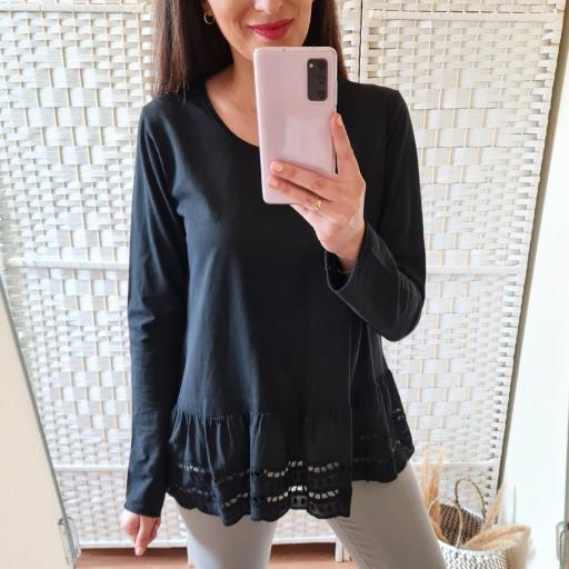 Camiseta Negra Perforada