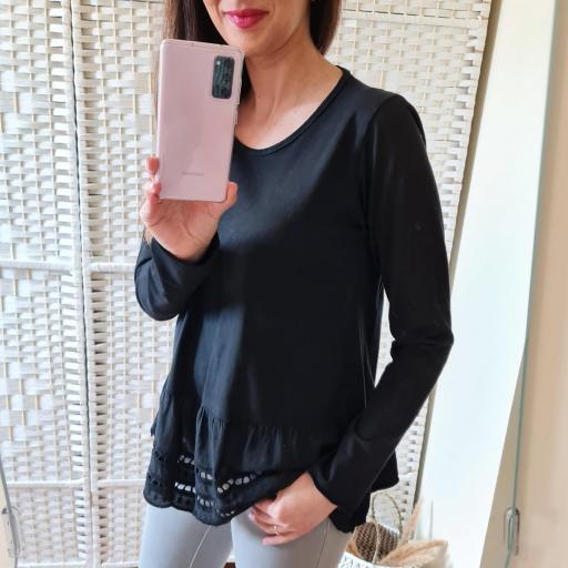 Camiseta Negra Perforada [1]
