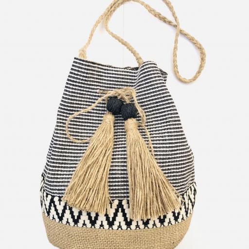 Bolso saco de rallas en colores crudo y negro