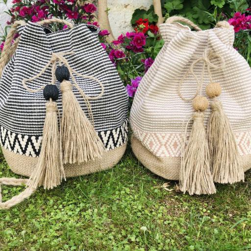 Bolso saco de rallas en colores crudo y camel [2]