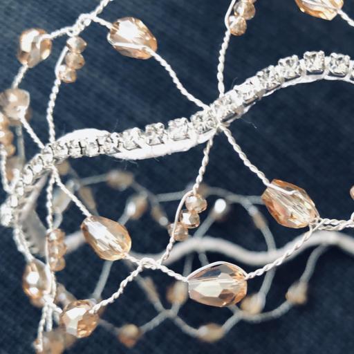 Diadema plateada estilo barroco con circonitas y cristales color visón [2]