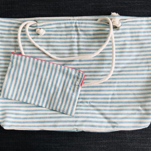 Bolsa XL artesanal con neceser de rayas azul celeste y crudo