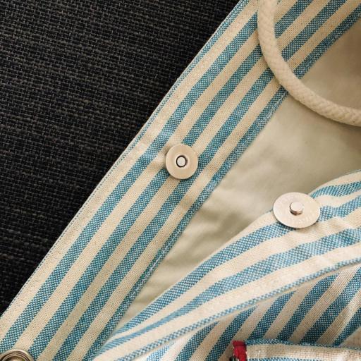 Bolsa XL artesanal con neceser de rayas azul celeste y crudo [1]