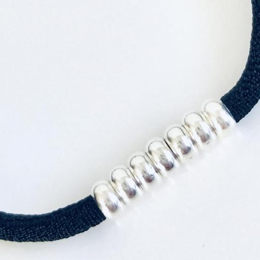 Pulsera elástica de seda color negro y bolitas de  plata  [2]