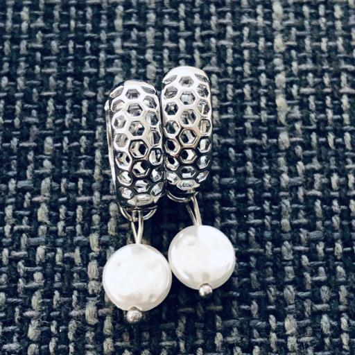 Pendientes criollas plateados y calados con perla