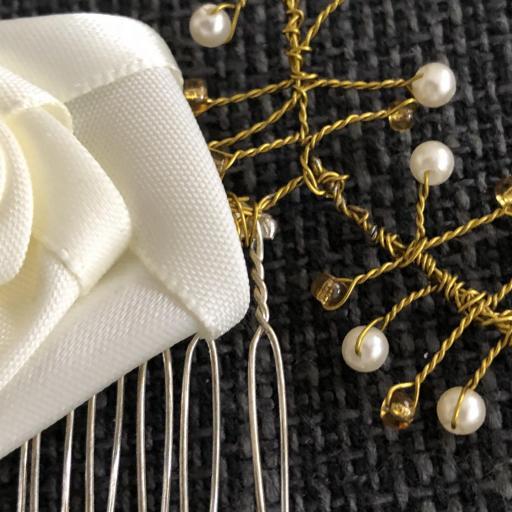 Peineta con flor y ramas con  perlas y bolas doradas  [1]