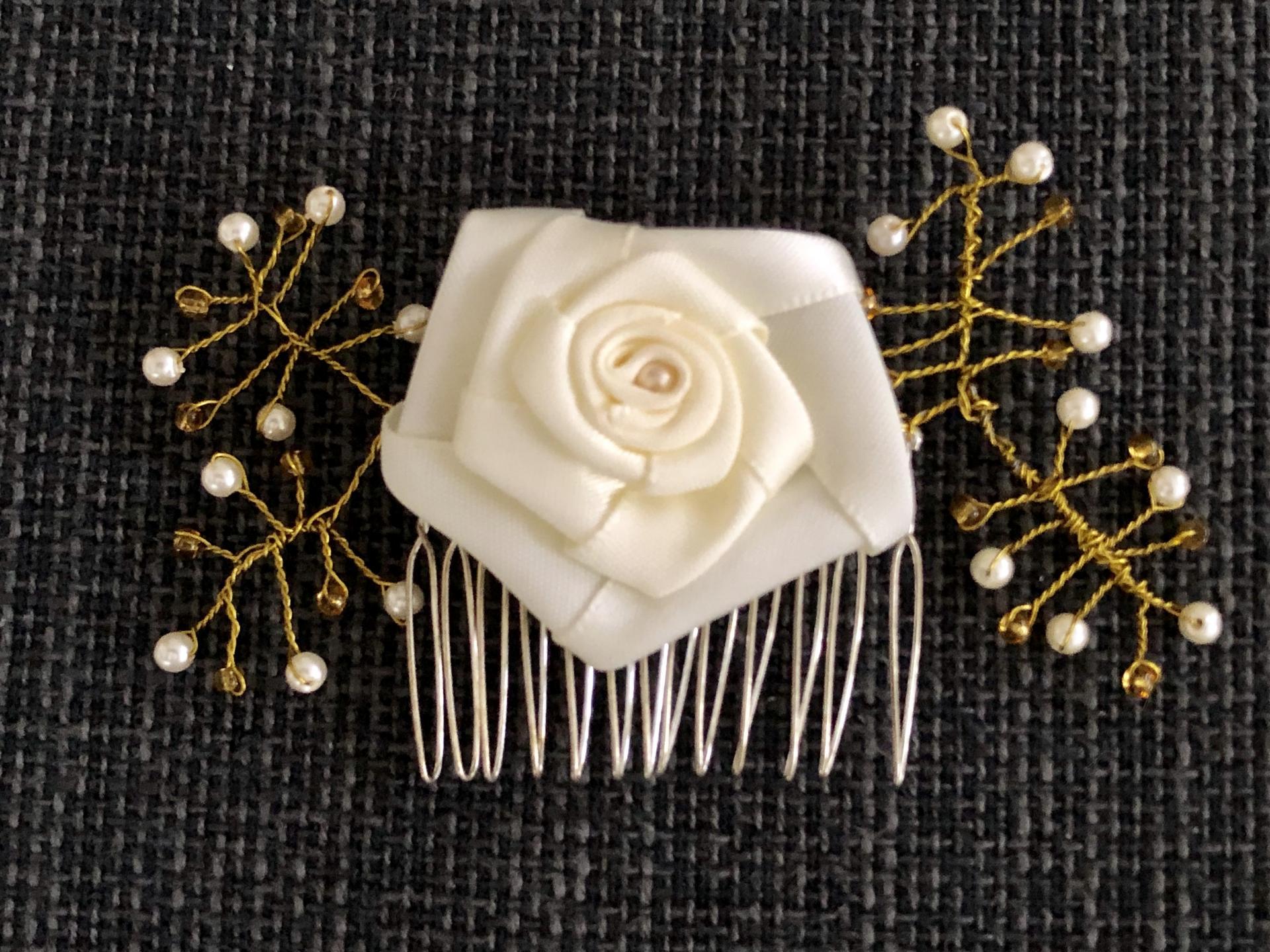 Peineta con flor y ramas con  perlas y bolas doradas