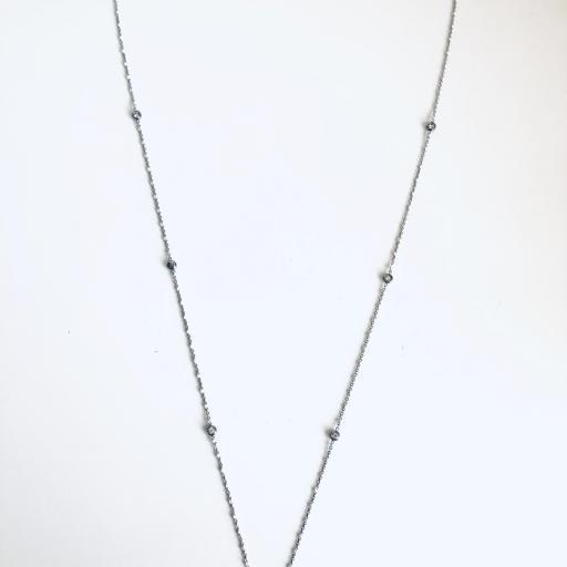 Collar con bolitas blancas y cristales [3]