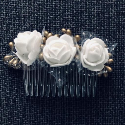 Peineta con flores blancas