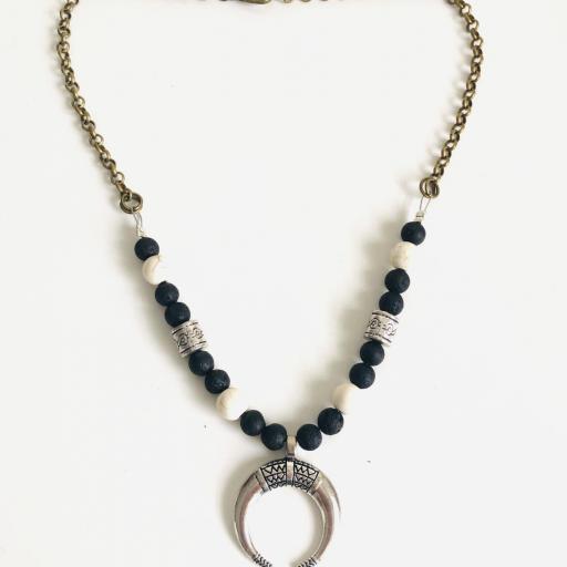 Collar gargantilla con media luna, jade blanco y lava negra [2]