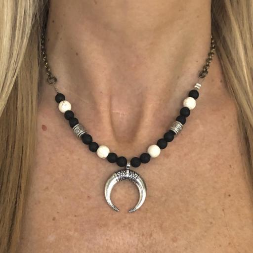Collar gargantilla con media luna, jade blanco y lava negra [1]