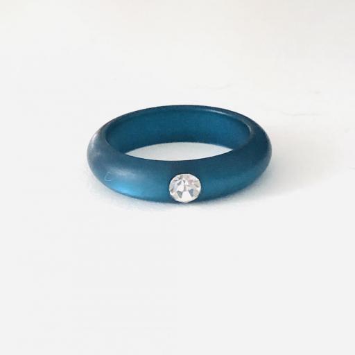 Anillo de resina azul con circonita