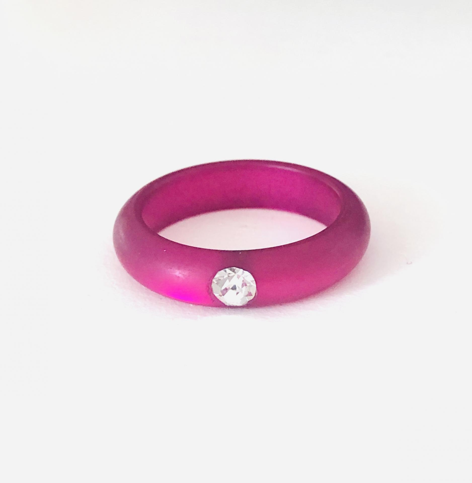 Anillo de resina rosa fucsia con circonita