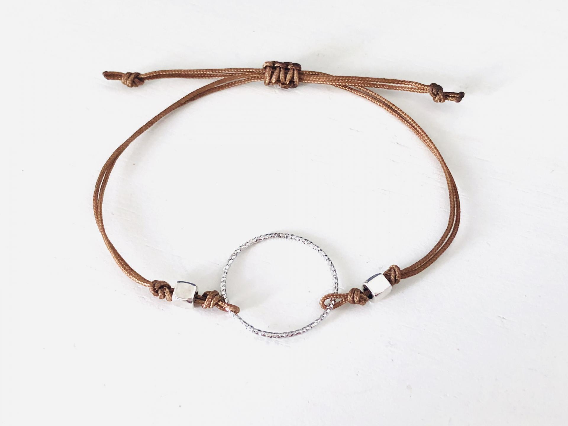 Pulsera con anilla y cordón marrón