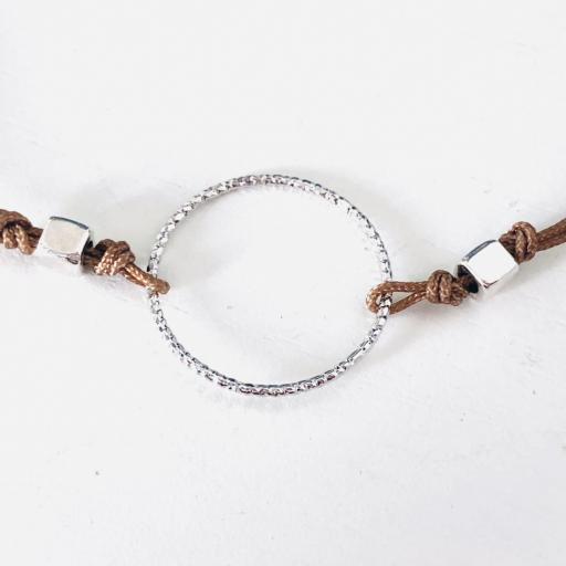 Pulsera con anilla y cordón marrón [1]