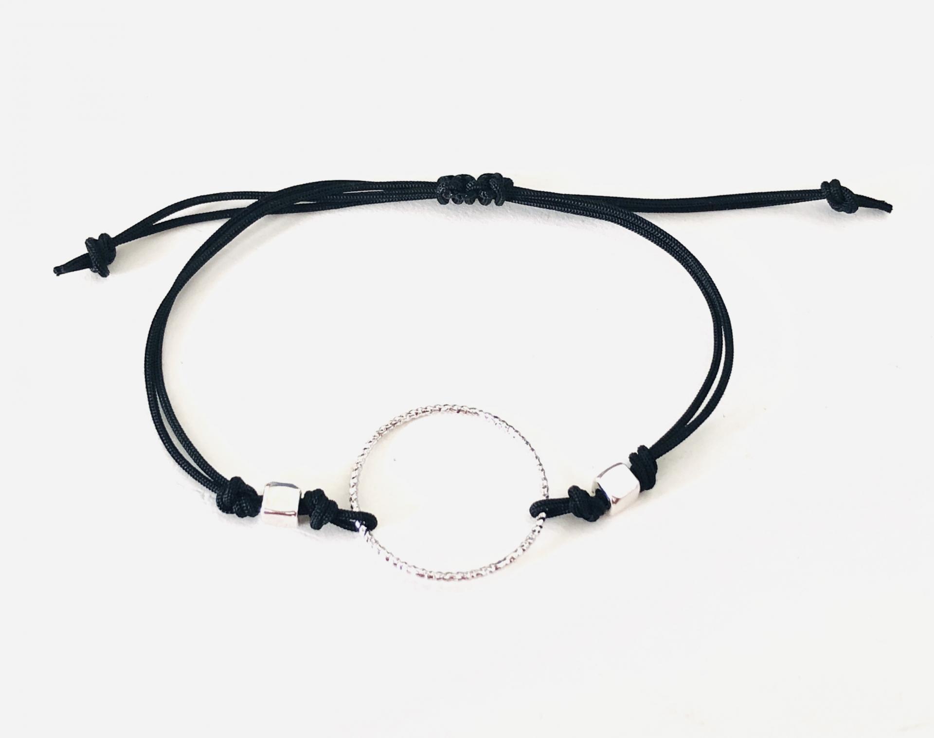 Pulsera con anilla y cordón negro