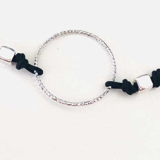 Pulsera con anilla y cordón negro [1]