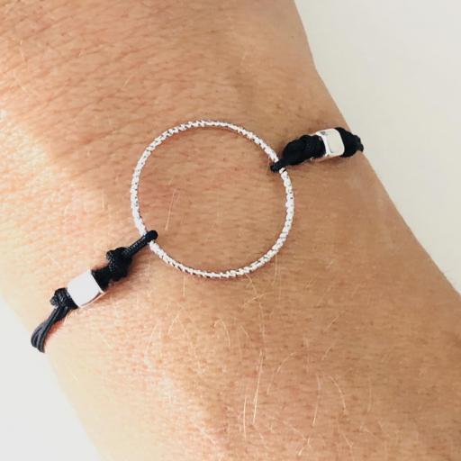 Pulsera con anilla y cordón negro [2]