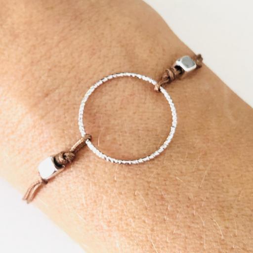 Pulsera con anilla y cordón marrón [2]