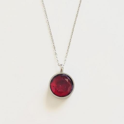 Colgante de acero con cristal rojo