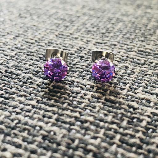 Pendientes de botón con cristal violeta engarzado