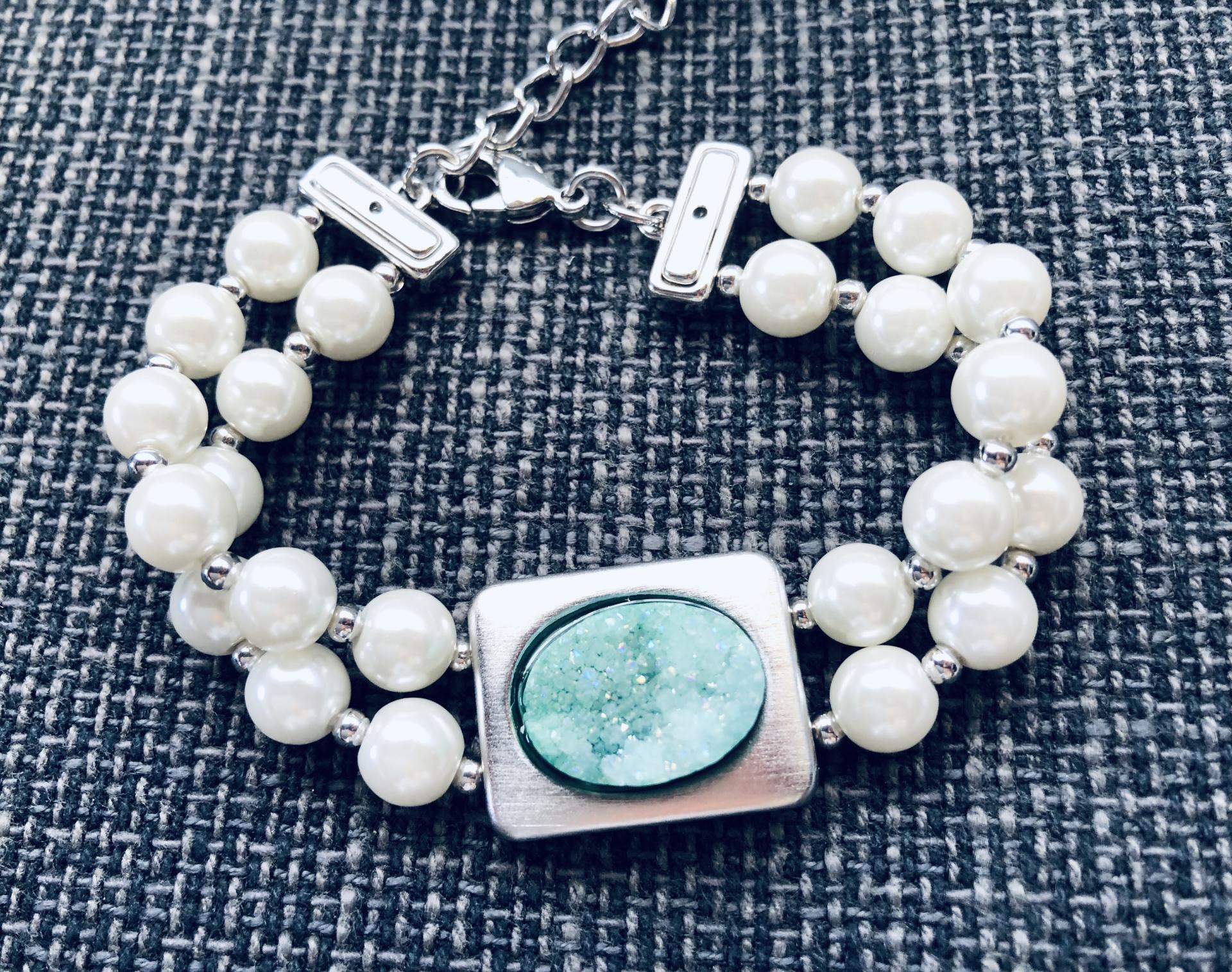 Pulsera de perlas de coral con piedra verde