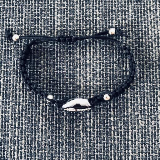 Pulsera de macramé negro con caurí  negro y plateado [1]