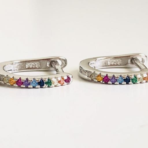 Pendientes  redondeados de plata con circonitas de colores