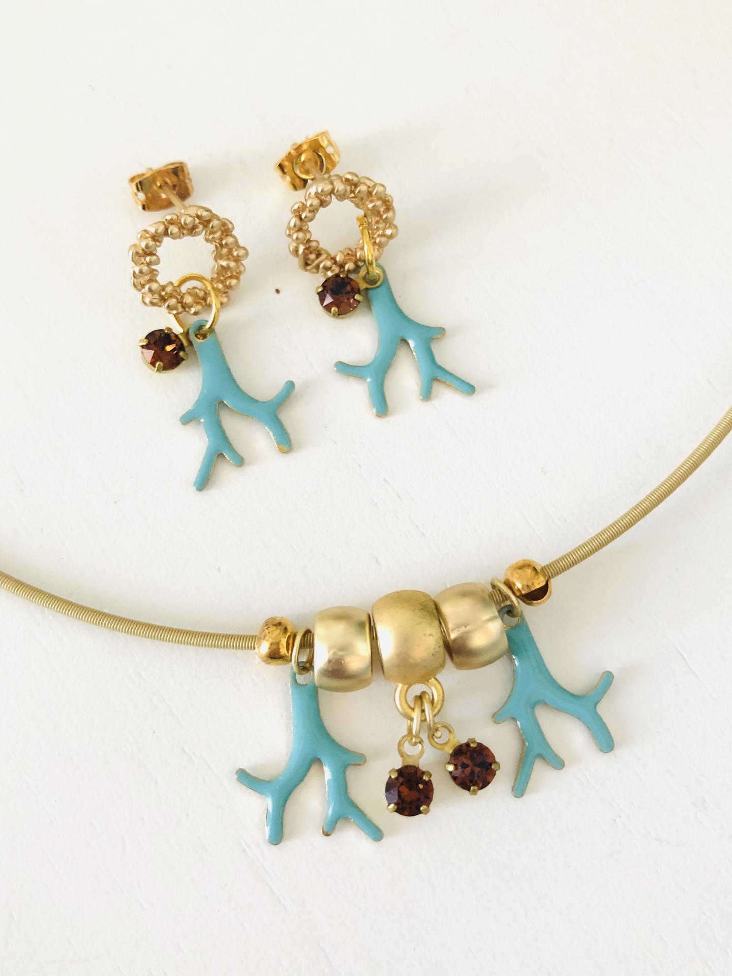 Conjunto de collar y pendientes dorados con cristal Swarovski  y esmalte turquesa