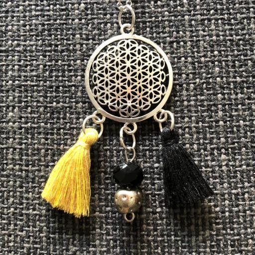 Collar geométrico calado con borla amarilla-ocre y negra