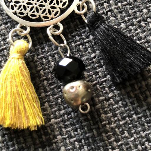 Collar geométrico calado con borla amarilla-ocre y negra [1]