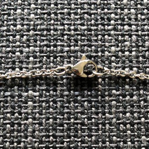 Collar geométrico calado con borla amarilla-ocre y negra [2]