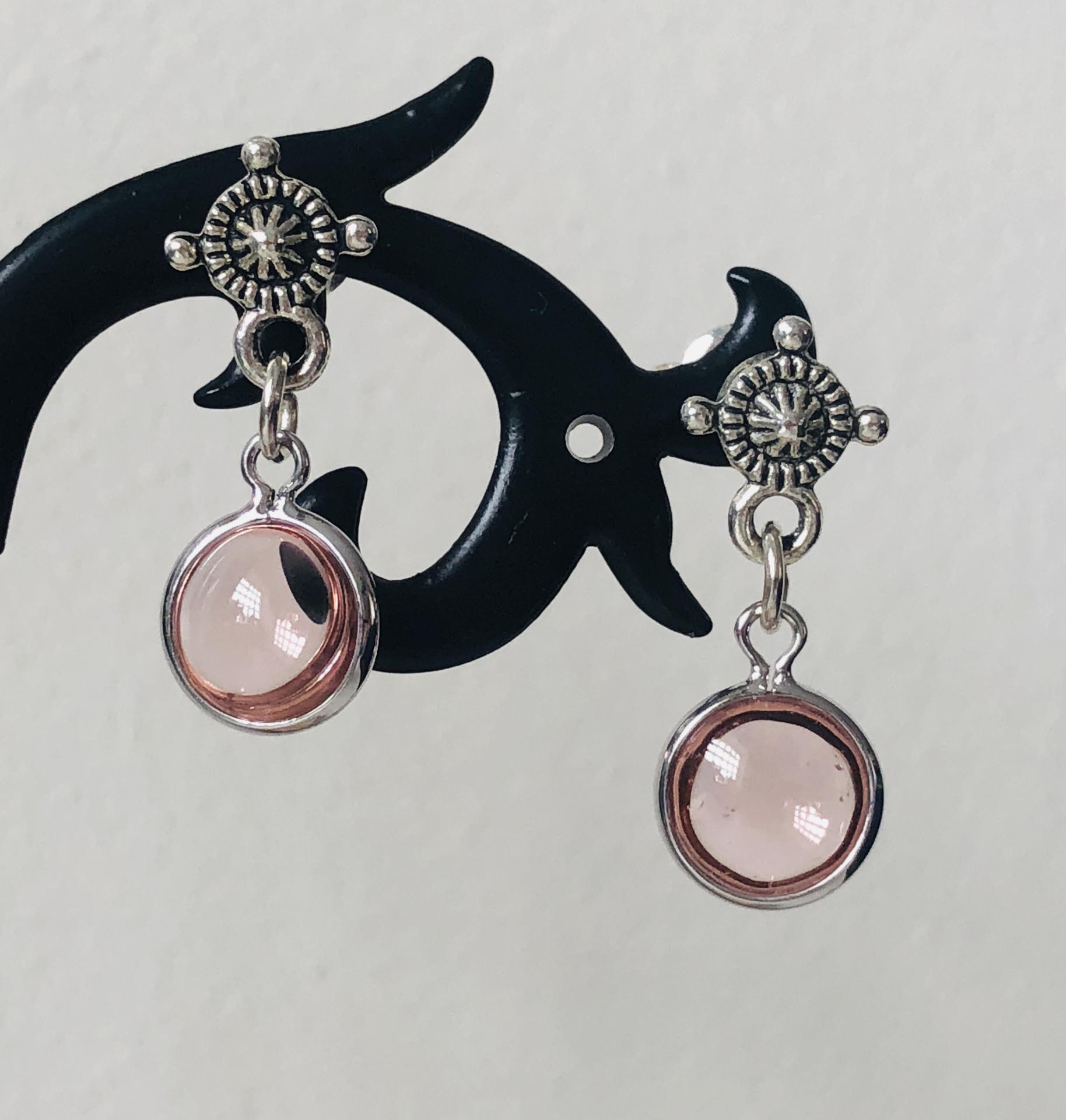 Pendientes con redondel plateado y cristal rosado
