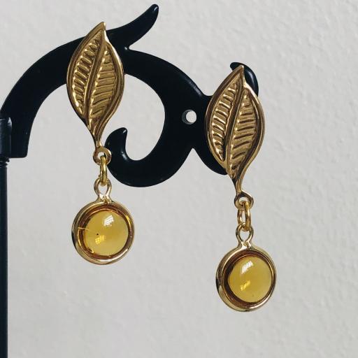 Pendientes con hoja dorada y cristal color miel