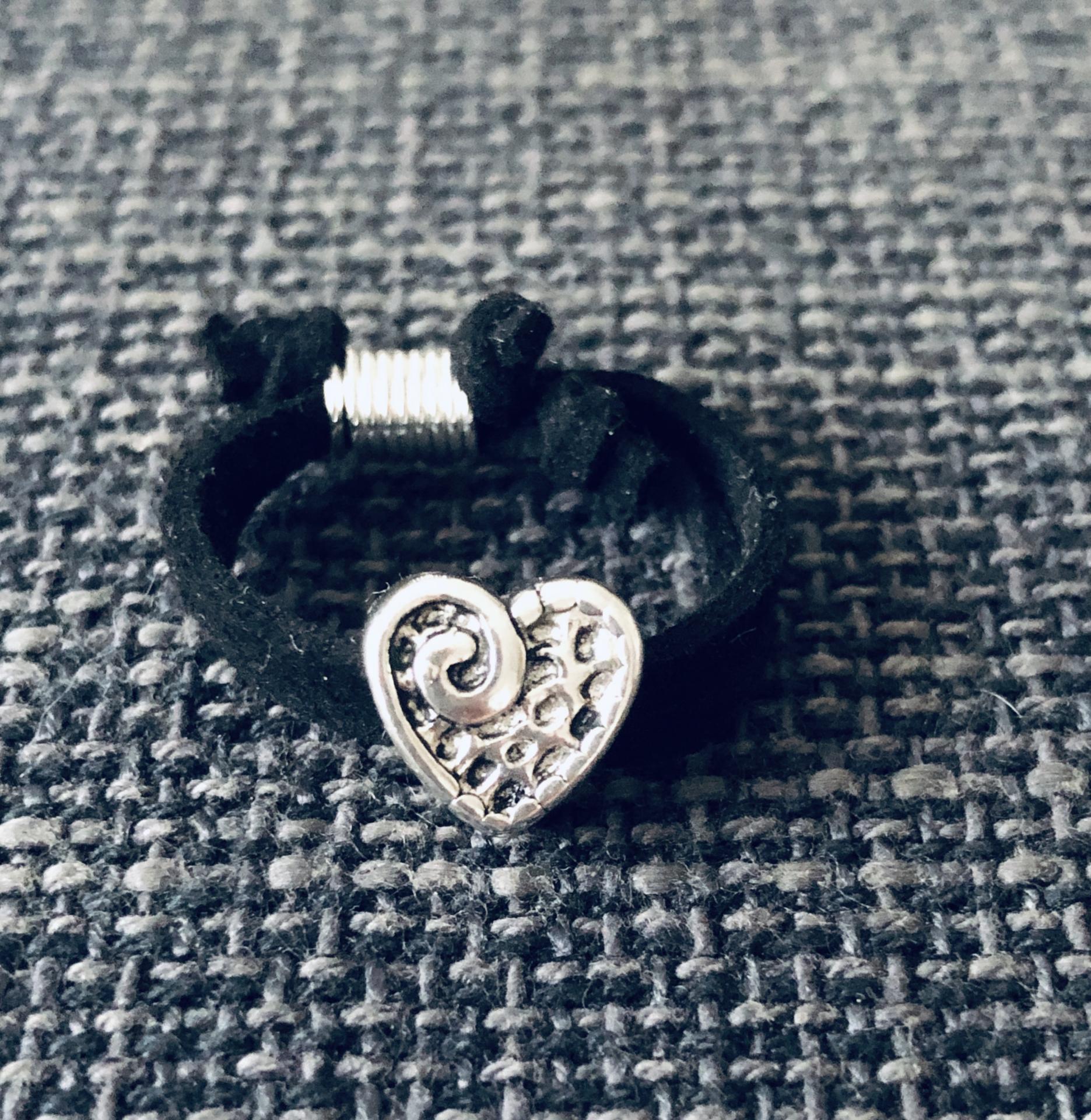 Anillo corazón en antelina negra