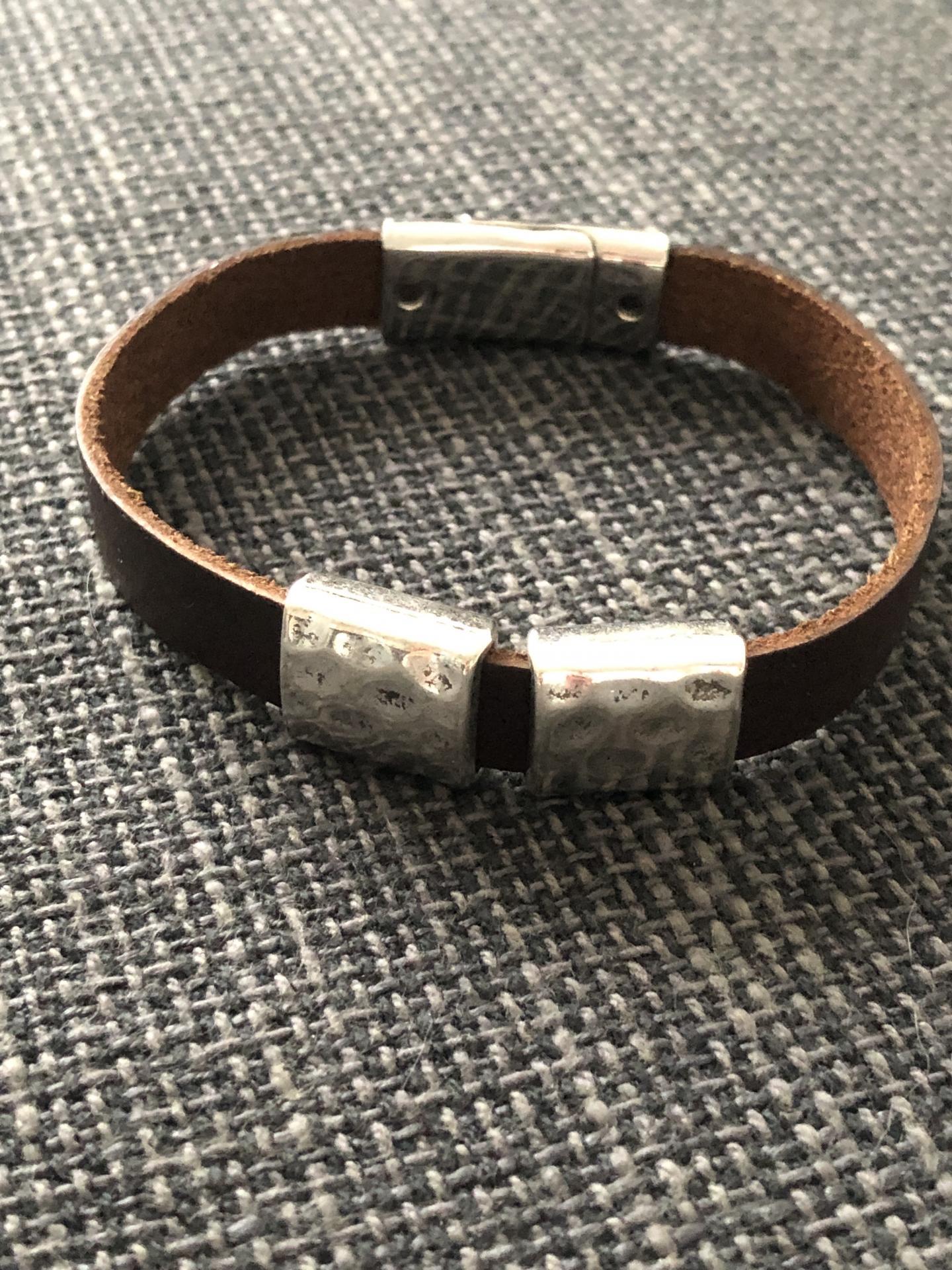 Pulsera unisex con cuadrados metálicos y piel marrón